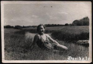 """Sibīrijas ainava. Pelde starptā sauktajiem """"ciņiem"""". Vasarā tur arī veļu mazgāja."""