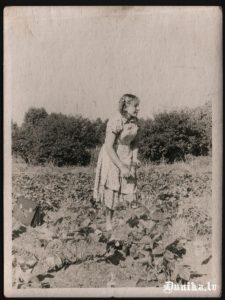 """Pie """"Maķegūžu"""" mājām kukurūzā. Maķegūža meita."""