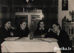 Latviešu meitenes 8.klasē Poltovkā, 5-6 km no Ivanovkas, jo skola tur līdz 7.klasei tikai bija.