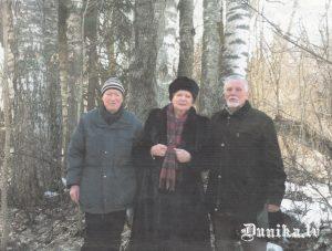 Kārlis Ļubīns kopā ar Imantu un Vairu Vīķi Freibergiem Dunikas pagastā.