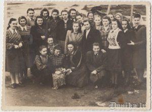 Latviešu grupiņa pēc atļaujas ģērbt personīgās drēbes.
