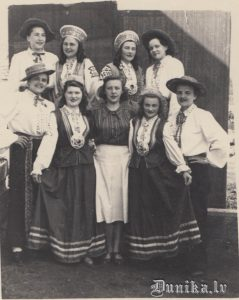 1955. gada 18. maijs Mordovijā. 1. rinda no kreisās - Inga, Māra, Zoja, Lidija, Ērika. 2. rinda - Ģertrūde, Frīda, Annīņa, Gaida,.