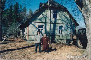 """""""Dambenieki"""" 2003.gadā. Laimas Veisbukas - Zābakas dzimtā māja, Arvīda Pikrtiņa mītņu māja 1944/45 g. bēgļu gaitās."""