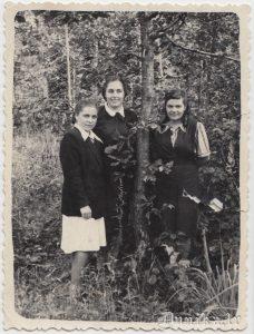Pēc atbrīvošanas.Mordovija. Manam mammucim no mums trijām. 1956. gada vasara.