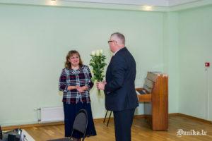 Novada domes priekšsēdētājs Jānis Veits sveic pasākuma organizatori Anitu Helvigu.