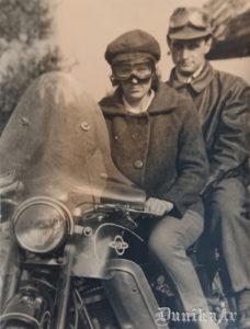 Alfrēda Mahta švāģeris un māsa uz motocikla.