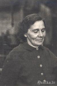 Teicēja Anna Būmane, Miķeļa meita, dzimusi 1912. gadā,Grobiņā. Dunikā pazīstama kā liela dziedātāja.