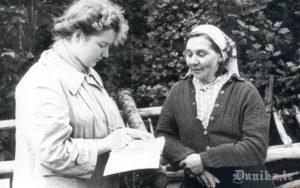 """Folkloristu 15. zinātniskā ekspedīcija. Teicēja Anna Būmane Dunikas """"Jaunķērvjos"""" un Renāte Tavare."""
