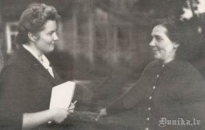 1961 gads. Teicēja Anna Būmane, viņu uzklausa Renāte Tavare.