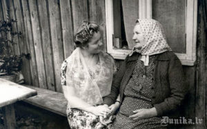 1961. gads. 15. zinātniskā ekspedīcija Dunikā. Ekspedīcijas dalībniece Renāte Tavare uzrunā teicēju Katrīnu Kurzemi.