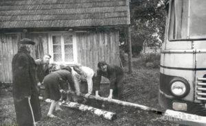 Folkloristu 15. zinātniskā ekspedīcija teicējas Katrīnas Kurzemes pagalmā.