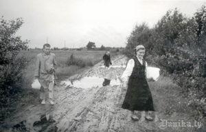 Folkloristu 15. zinātniskā ekspedīcija. Ekspedīcijas dalībnieks Latvijas Valsts Universitātes students Henrihs Saušs, teicēja Ķērsta Ēna un viņas mazmeita ceļā no Sikšņiem uz Rucavu.
