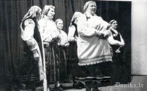 1961. gada augusts- dzied- no kreisās: 1. Katrīna Štrame, 5. Margrieta Reinfelde, 6. Maiga Ūdre.