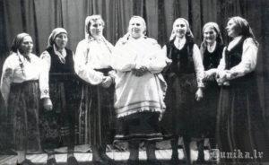 Folkloristes, skaitot no kreisās: 2. Katrīna Štrame, 4. Margrieta Reinfelde, 5. Anna Spunde, 7. Maiga Ūdre.