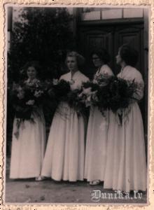 Pirmie Jaunatnes svētki Sikšņos 1958. gadā. No kreisās- Biruta Kļava, Astrīda Kurzeme, Aija Sungāle.