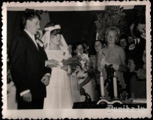 Laulības apliecības saņem Ausma Kundziņa, tagadējā Sikšņu 8 gadīgās skolas direktore un Vasilijs Padalka.