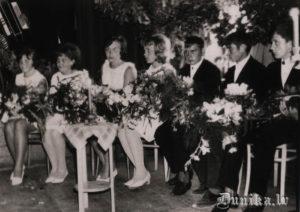 1968. gads. Atkal smaržo ziedi un meitenēm baltās kleitās mazliet gribas raudāt.