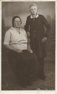 Margrieta Reinfelde dz. 1902. gada 31. jūlijā (pēc vecā stila kā Skābarniece), m. 1978. gada novembrī. Māsa Marija Ģirne 1917-1985. Fotografēts Liepājā, Pētera ielā 12. Viņām tēvs bija meža uzraugs.
