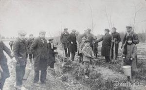 Sietiņu skolas meža dienas ap 1935 gadu. Bildē tālāk redzams Miķelis Rāts.