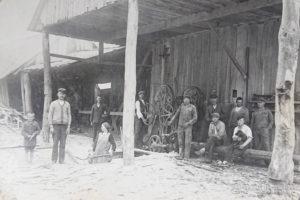 Pie Garkāju gatera ap 1926. gadu. Pa kreisi priekšplānā Garkājs Valdis (Visvaldis), pats saimnieks un saimniece. labajā pusē no kreisās Miķēlis Rāts, Arvīda Rāta tēvs.