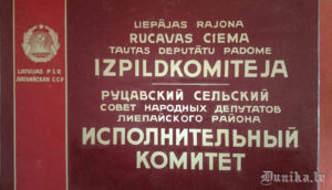 Autentiska Rucavas izpildu komitejas plāksne.