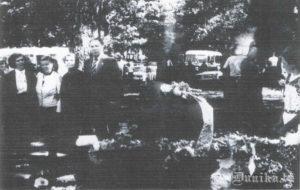 1941.gadā izsūtītie pie piemiņas akmens netaisni cietušajiem. Anna Varna- Liepiņa, Edīte Cimmermane, Alma Sungāle, Aleksandrs Cimmermanis.