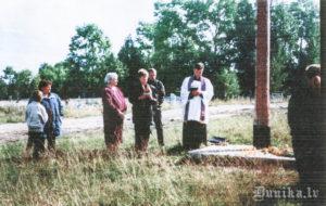 1999. gada 24. augusts. Priesteris Andžejs Gžibovskis lasa aizlūgumu pie Vjatlaga krusta.