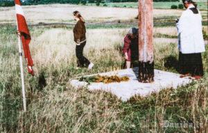Benilda Ezeriņa aizdedzina svecītes pie Vjatlaga krusta. Krusts uzstādīts 1995 gadā Ilmāra Knaģa vadībā