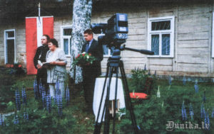 2005. gada 14. jūnijs. Piemiņas brīdis pie Golgātas baznīcas. Dalībniekus uzrunā Ausma Padalka, Andis Rolis.
