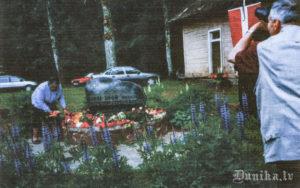 Ziedus noliek Durbes represēto kluba pārstāve.