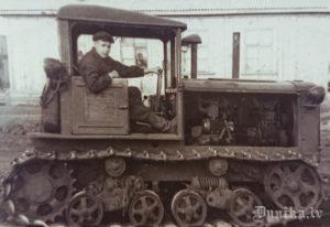 Vilnis Rolis traktorā DT-54.