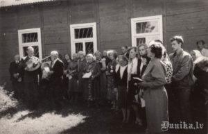 Piemiņas akmens represētiem atklāšana 1989. gadā. Kārlis Janeks, Alma Sungāle priekšplānā runā.