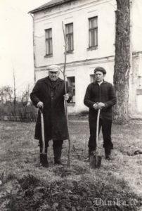 2.pasaules kara (tolaik Lielā Tēvijas Kara) dalībnieki Jūlijs kundziņš, Kazimirs Kaparavičus pie Sikšņu skolas stāda liepiņas Uzvaras dienā.