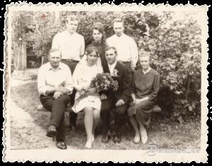 Gaidas Lejas un Jordana Moldavanu kāzas. Blakus Līgavas mamma un tēvs. Visa ģimene savulaik izvesta no Ģirkalnu mājām. Aizmugurē brāļi, Agris un ........