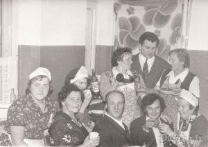Saldenieka Artura kāzas Sikšņu skolā. Sarmīte Ozola, Ausma Sungāle, Natālija Bašķe, Made Laipniece, Anna Drulle, Arnolds Saldenieks (bijis uz sibīriju izvests), ...... Laimiņš, aizmugurē Vilnis Cvībelis.