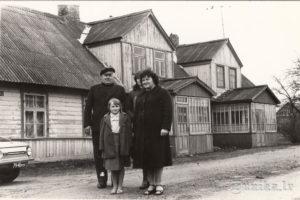 """Jūlijs Kundzinš- """"Lauksargu"""" saimnieks ar meitu Ausmu un mazmeitām Lienīti un Mariku."""