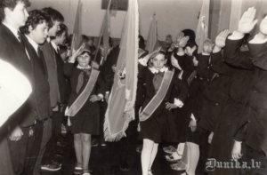Pionieru ierindas skate Sikšņu skolā. Laura Rancāne, Solvita Vanaga, Gatis Pāvils, Ingars Burģelis.