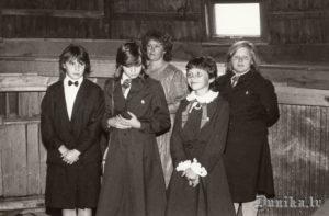 Sikšņu skolas pionieri 1. septembrī dzirnavās. Ausma Padakla ar audzināmo klasi - Lienīte Padalka, Ieva Mačuļska, Solvita Vanaga, Inga Kūma, Biruta Sīkle.