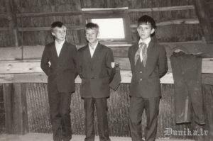 Sikšņu skolas pionieri 1. septembrī dzirnavās. Ausma Padakla ar audzināmo klasi, zēni- Viktors Štāls, Juris Roze, .... Sīklis.