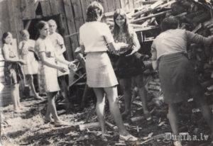 Malkas kraušana Sikšņu skolā. Skolotāja Kuplēna, Gunta Pelīte, Inta Tīda, Indra Sileniece.